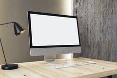 Ontwerperdesktop met witte computer Stock Fotografie