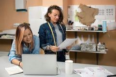 Ontwerperkleren en naaister in de werkruimte royalty-vrije stock foto