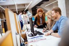 Ontwerpers die als groep in bureau werken stock afbeeldingen