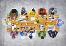 Ontwerpers die in de Illustratie van de Bureaufoto werken stock illustratie