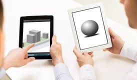Ontwerpers met 3d modellen op de schermen van tabletpc Stock Afbeeldingen