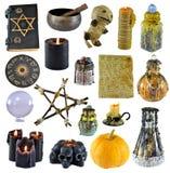 Ontwerpset met pentagram, pompoen, heksenboek, zwarte die kaars op wit wordt geïsoleerd stock foto's