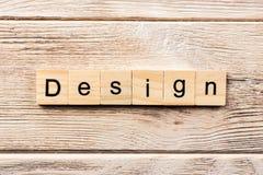 Ontwerpwoord op houtsnede wordt geschreven die ontwerptekst op lijst, concept stock afbeelding