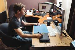 Ontwikkelaar of ontwerper die thuis werken Stock Foto's