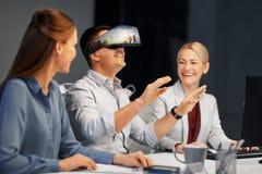 Ontwikkelaars met virtuele werkelijkheidshoofdtelefoon op kantoor Stock Fotografie