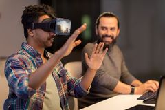 Ontwikkelaars met virtuele werkelijkheidshoofdtelefoon op kantoor Royalty-vrije Stock Afbeeldingen