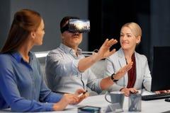 Ontwikkelaars met virtuele werkelijkheidshoofdtelefoon op kantoor Royalty-vrije Stock Foto
