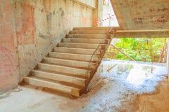 ontwikkelt de binnenlandse de bouwconstructieplaats van het tredecement binnen huisvesting met exemplaarruimte stock fotografie