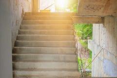 Ontwikkelt de binnenlandse de bouwconstructieplaats van het tredecement binnen huisvesting met exemplaarruimte toevoegt tekst stock foto