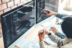Ontwikkelt het ontwerp van programmeursteam development website en coderend technologieën die in het bureau van het softwarebedri royalty-vrije stock afbeeldingen