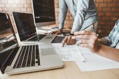 Ontwikkelt het ontwerp van programmeursteam development website en coderend technologieën die op het kantoor van het softwarebedr stock foto