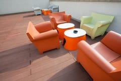 Ontworpen die ruimte met stoelen, banken en lijsten van plastiek worden gemaakt stock foto
