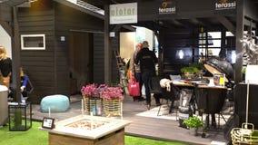 Ontworpen moderne arbour met comfortabel tuinmeubilair stock footage