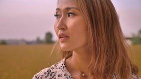 Ontzagwekkend Aziatisch gelukkig meisje die bij aard mening en het glimlachen kijken stock videobeelden