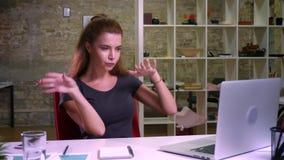 Ontzagwekkend gember Kaukasisch wijfje in het hebben van pretdans op haar werkplaats, ontspannen en zekere, gelukkige ogenblikken stock videobeelden