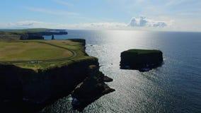 Ontzagwekkend landschap bij de Klippen van Kilkee in Ierland stock footage
