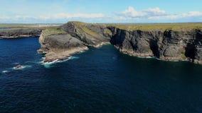 Ontzagwekkend landschap bij de Klippen van Kilkee in Ierland stock videobeelden