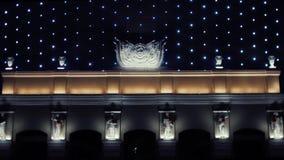 Ontzagwekkend modern bedrijfscentrum of openbaar gebouw met de het knipperen van het nachtverlichting en pleister standbeelden la stock video