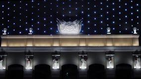 Ontzagwekkend modern bedrijfscentrum of openbaar gebouw met de het knipperen van het nachtverlichting en pleister standbeelden la stock videobeelden