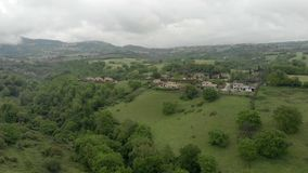 Ontzagwekkend plattelandssatellietbeeld met groene vallei en bomen, heuvels en weiden stock videobeelden