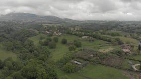 Ontzagwekkend satellietbeeld van het platteland van Italië met groene valleien en mooie heuvels stock videobeelden