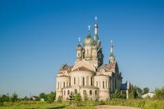 Ontzagwekkende architectuurkerk op ochtend in Rusland royalty-vrije stock fotografie