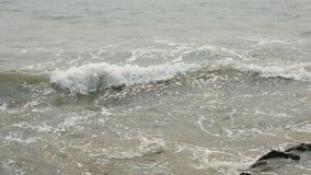 Ontzagwekkende mening van getijde vallen het In volle zee stock videobeelden