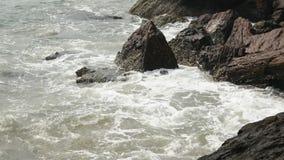 Ontzagwekkende mening van getijde vallen het In volle zee stock footage