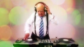 Ontzagwekkende opa DJ stock video