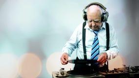 Ontzagwekkende opa DJ stock videobeelden