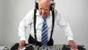 Ontzagwekkende opa DJ stock footage