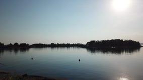 Ontzagwekkende sunnyday in archipel door hommels poin van mening de golf van Finland stock video
