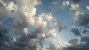 Ontzagwekkende tijdtijdspanne van wolkenbanken met lichteffecten en toneelbeweging stock footage