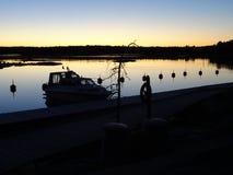 Ontzagwekkende zonsondergang in archipel door hommels poin van mening de golf van Finland royalty-vrije stock fotografie