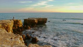 Ontzagwekkende zonsondergang over de rotsachtige klippen stock fotografie