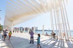 A ONU de Muelle da passagem, onda do corredor do para-sol, parque da palma, pessoa anda, Malaga Foto de Stock