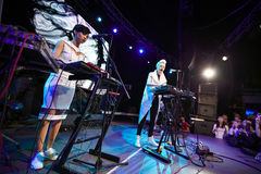 ONUKA-musikband som spelar i den Lviv klubban Royaltyfri Bild