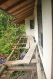 Onveilig bamboe gaffold of gauntry om een huis te bouwen stock foto's