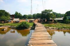 Onveilige brug over de rivier in Kambodja Stock Foto