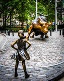 Onverschrokken Meisje en het Laden Stier royalty-vrije stock foto's
