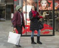 Onverwacht portret van winkelende meisjes Royalty-vrije Stock Fotografie