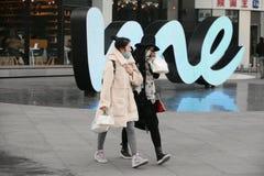 Onverwacht portret van winkelende meisjes Stock Afbeelding
