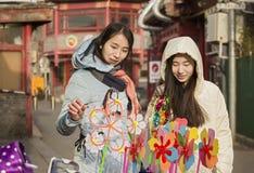 Onverwacht portret van winkelende meisjes Stock Foto's