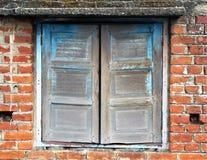 Onvolledig oud houten venster stock afbeelding
