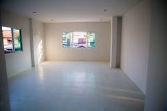 Onvolledig vernieuw witte ruimte zonder vensters, lege witte ruimte stock fotografie
