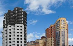 Onvolledige bouw en nieuwe gebouwen Stock Foto's