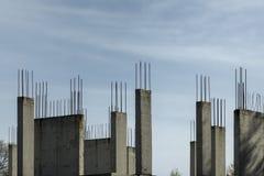 Onvolledige concrete muren met versterking royalty-vrije stock afbeeldingen