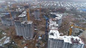 Onvolledige die flatgebouwen door sneeuw worden behandeld stock footage