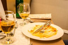 Onvolledige glazen van bier en lege vuile plaat op de lijst in restaurant Selectieve nadruk royalty-vrije stock foto's