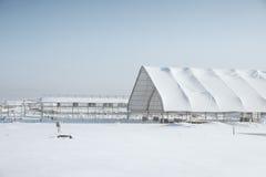 Onvolledige structuur met een loods in de winter royalty-vrije stock afbeelding